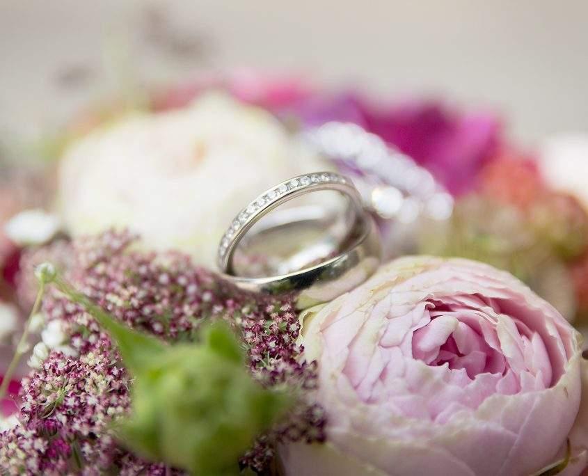 Hochzeitsringe auf dem Strauß der Braut