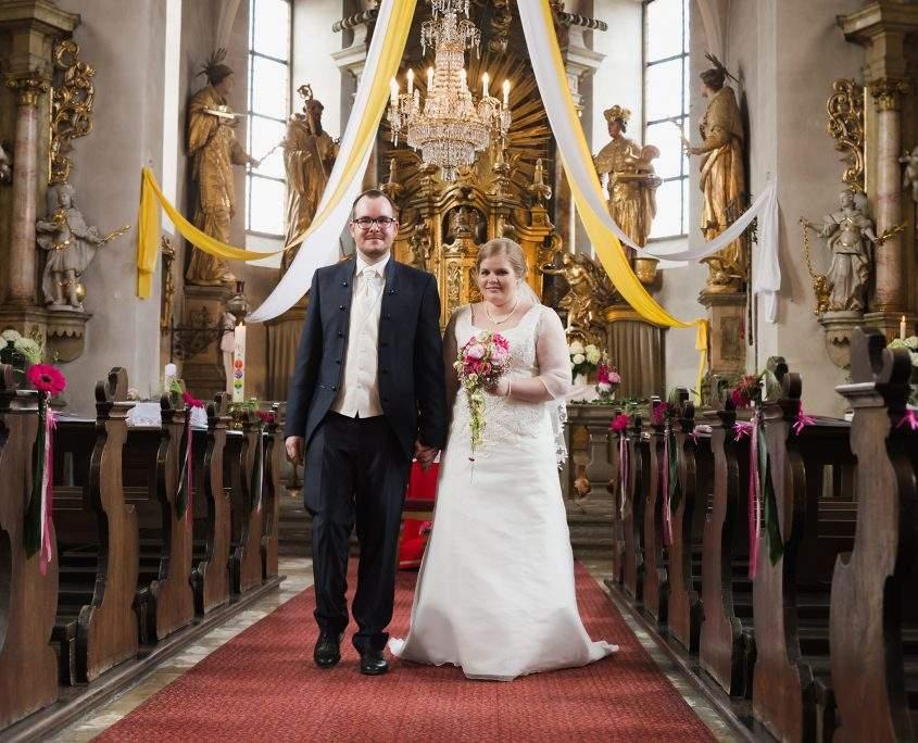 Hochzeitspaar in der Kirche