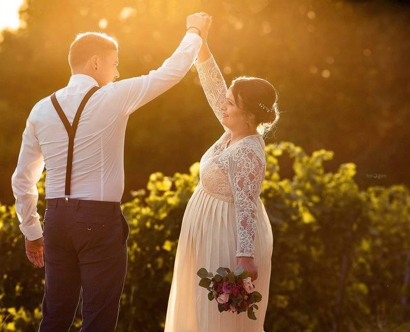 Hochzeitspaar mit Gegenlicht fotografiert