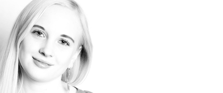 Hight-Key-Portrait einer jungen Frau, aufgenommen im Fotostudio