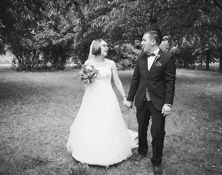 Bräutigam macht beim Fotoshooting Spaß und reckt die Zunger herraus