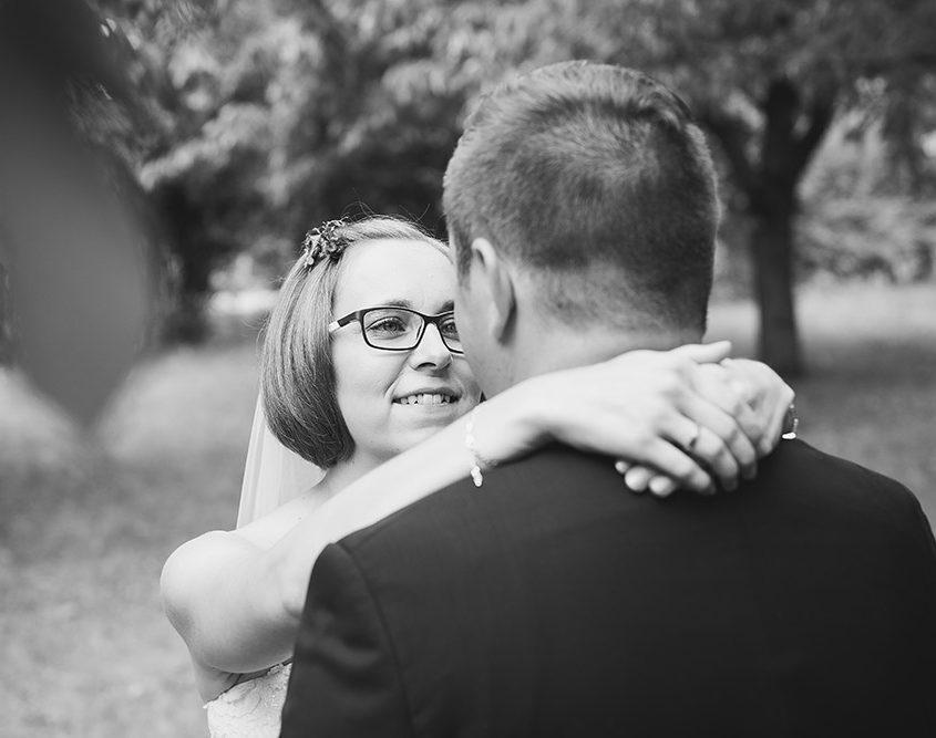 Brautpaarshooting vor der kirchlichen Trauung in einer Obstbaumplantage