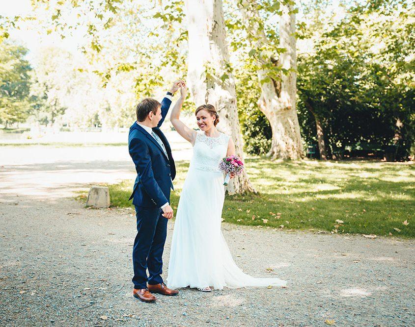 Bräutigam sieht zum ersten mal seine schöne Braut und dreht sie