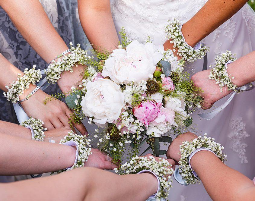 Brautstrauß und passende Blumenarbänder der Brautjungfern