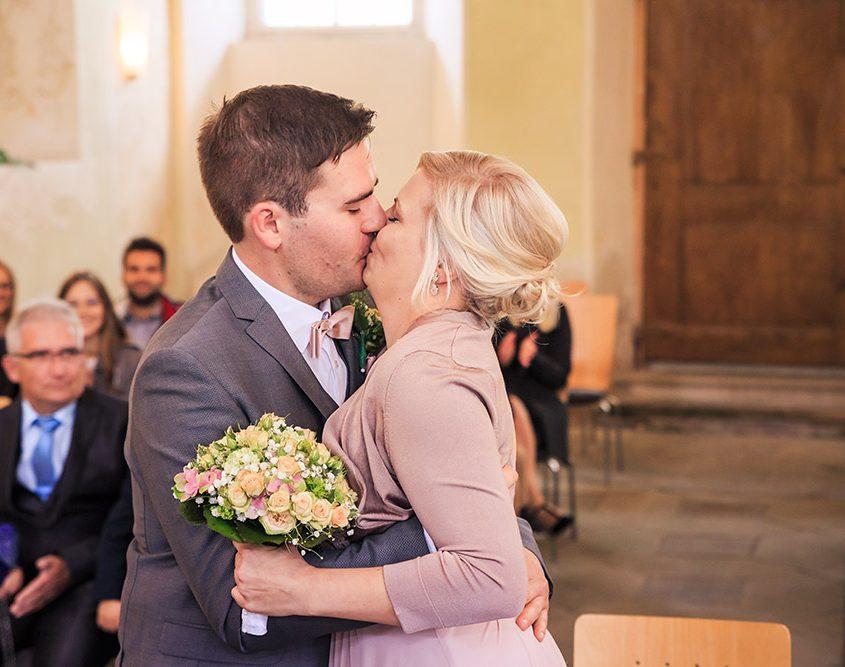 Brautpaar küsst sich nach der standesamtlichen Trauung