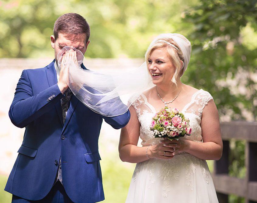 Bräutigam putzt sich mit dem Schleiher der Braut die Nase