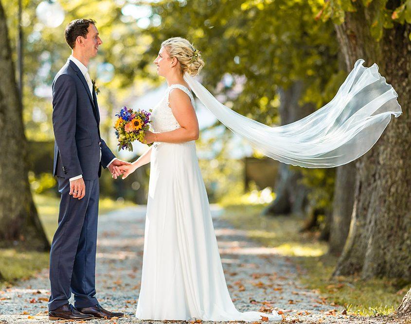 Wehender Brautschleiher beim Brautpaarshooting im Schlosspark