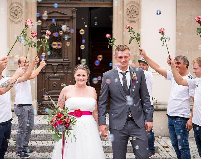 Auszug des Brautpaares an ihrer Hochzeit aus dem Standesamt in Eltmann